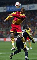 Fotball<br /> Frankrike 2004/05<br /> Lens v Olympique Marseille<br /> 24. oktober 2004<br /> Foto: Digitalsport<br /> NORWAY ONLY<br /> BENOIT ASSOU EKOTTO (LENS) / PEGGUY LUYINDULA (OM) *** Local Caption *** 40001390