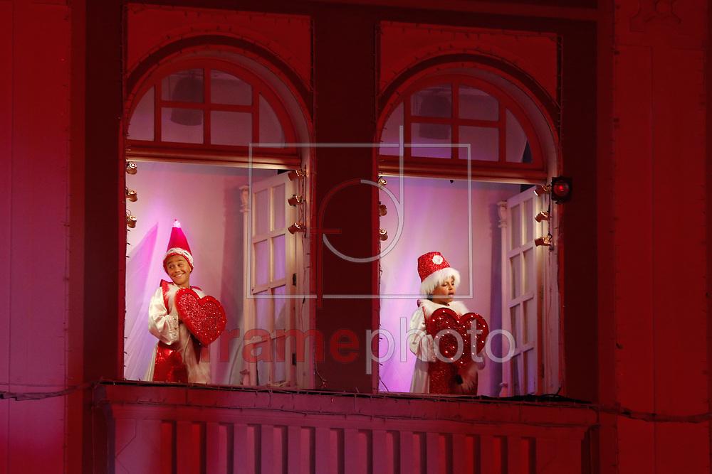 Curitiba(PR) 02/12/2016 Grande publico compareceu para abertura oficial do Natal no Palacio Avenida, agora sede do Bradesco,  que iniciou nesta noite(02) as 20:15hs com o tema A inesquecivel  viagem de Natal. As apresentação acontecerão nos proximos dias  03,04,09,10,11,16,17 e 18 de Dezembro. Foto: Gisele Pimenta/FramePhoto