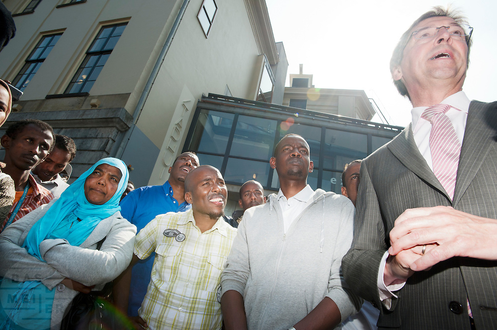 Burgemeester Wolfsen praat met enkele uitgeprocedeerde asielzoekers. In Utrecht demonstreren dakloze vluchtelingen omdat zij geen toegang hebben tot onderdak of eten. Bij de daklozenopvang kunnen zij niet meer terecht. De vluchtelingen zijn uit asielzoekerscentra gezet en kunnen niet uitgezet worden, omdat hun thuisland Somalië te gevaarlijk zou zijn. <br /> <br /> Mayor Wolfsen of Utrecht is talking to the asylum seekers. In Utrecht refugees are demonstrating because they have no place to sleep and nothing to eat. There is no room at the homeless shelters in The Netherlands and they are not welcome in the asylum centers. They can't be expelled, because their homeland is to dangerous. Most of the asylum seekers are from Somalia.