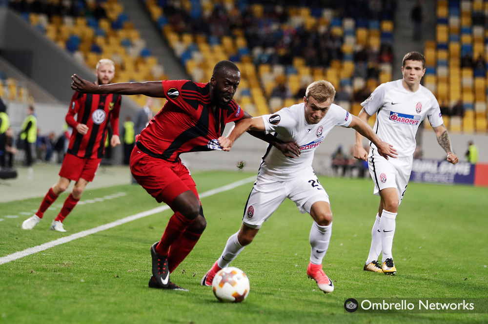 LVIV - UKRAINA, 2017-09-14: Ronald Mukibi i &Ouml;FK och Dmytro Grechyshkin i Zorya k&auml;mpar om bollen under UEFA Europa League group J matchen mellan Zorya Lugansk och &Ouml;stersunds FK p&aring; Arena Lviv den 14 september, 2017 in Lviv, Ukraina. Foto: Nils Petter Nilsson/Ombrello<br /> ***BETALBILD***