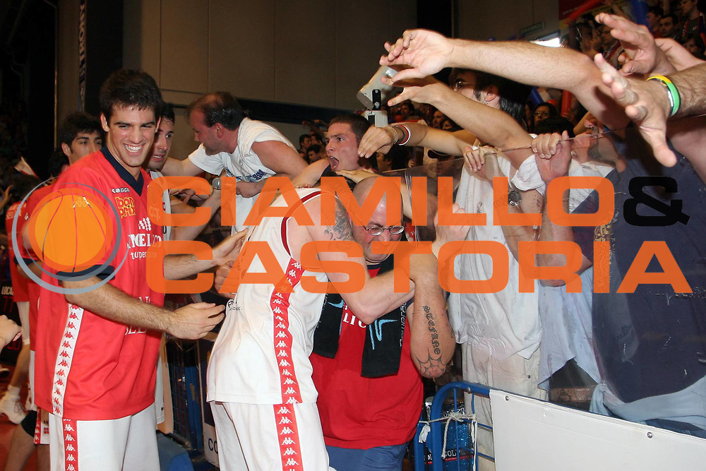 DESCRIZIONE : Biella Lega A1 2005-06 Angelico Biella Vertical Vision Cantu <br />GIOCATORE : Cotani Ganeto Tifosi<br />SQUADRA : Angelico Biella<br />EVENTO : Campionato Lega A1 2005-2006<br />GARA : Angelico Biella Vertical Vision Cantu<br />DATA : 14/05/2006<br />CATEGORIA : Esultanza<br />SPORT : Pallacanestro<br />AUTORE : Agenzia Ciamillo-Castoria/S.Ceretti<br />Galleria : Lega Basket A1 2005-2006<br />Fotonotizia : Biella Campionato Italiano Lega A1 2005-2006 Angelico Biella Vertical Vision Cantu<br />Predefinita :