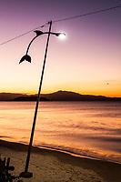 Praia de Canasvieiras ao anoitecer. Florianópolis, Santa Catarina, Brasil. / Canasvieiras Beach at dusk. Florianopolis, Santa Catarina, Brazil.