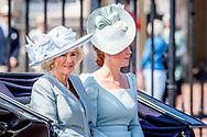 9-6-2018 LONDON - Meghan Markle, hertogin van Sussex, stond vanmiddag voor het eerst op het balkon van Buckingham Palace. De Amerikaanse, die vorige maand trouwde met prins Harry, was van de partij tijdens Trooping the Colour. De militaire parade was de officiële viering van de verjaardag van koningin Elizabeth, die eind april 92 jaar werd. Voor Meghan was het haar eerste formele verschijning sinds haar huwelijk. Meghan Duchess of Sussex Princess Meghan Markle and Prince Harry British Royal Family at Trooping the Colour Queen Elizabeth, The Prince of Wales Charles, The Duchess of Cornwall Camilla, The Duke and Duchess of Cambridge, Prince George, Princess Charlotte , Prince Andrew and Princess Anne in London, United Kingdom, trooping the colour , The annual trooping the color is to honor the Queens official birthday. Queen Elizabeth, Prince Philip the Duke of Edinburgh, Charles The Prince of Wales and the Camilla Duchess of Cornwall, William and Kate The Duke and Duchess of Cambridge, Prince Harry, Princess Anne Princess Royal and Timothy Lauwrence, Prince Andrew the Duke of York, Prince Edward and Princess Sophie The Earl and Countess of Wessex, Princess Beatrice and Princess Eugenie koets ciarrage ride balkon see elizabeth charles camilla george willliam kate COPYRIGHT ROBIN UTRECHT LONDEN - (VLNR) Camilla, prins Charles, Catherine, Charlotte, George, Prins William, koningin Elizabeth en prins Philip op het balkon tijdens de militaire parade voor Koninginnedag en de viering van de 92ste verjaardag van de Britse vorstin.
