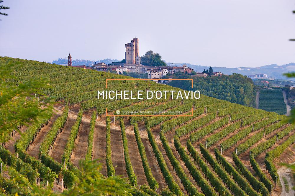 Serralunga d'Alba in Piemonte, nelle Langhe al centro della zona di origine delle uve atte a produrre i vini a denominazione di origine controllata e garantita «Barolo»