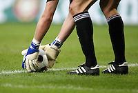 FUSSBALL  INTERNATIONAL  UEEA CUP ACHTELFINALE  SAISON 07/08 Hamburger SV - Bayer 04 Leverkusen                           12.03.2008 Symbolbild: Torwart kegt Ball zurecht