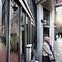 Nederland, Amsterdam , 17 januari 2010..2 dames roken sigaretjes op de hoek van de Waterpoortsteeg en de Zeedijk..De waterpoortsteeg wordt net als de spooksteeg (overkant Zeedijk) opengemaakt voor publiek..S.V.P. FOTO NIET AANSNIJDEN!! HEEFT ZOWEL LINKS ALS RECHTS RUIMTE NODIG!.Foto:Jean-Pierre Jans