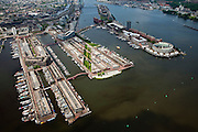 Nederland, Amsterdam, Oostelijk Havengebied,  25-05-2010. Groot overzicht van het voormalige havengebied. Vlnr Enterpothaven, Borneo-eiland,, Spoorwegbassin, Sporenburg, Ertshaven met Verbindingsdam, KNSM-eiland overgaand in Java-eiland. .Grand overview of the former Eastern Docklands..luchtfoto (toeslag), aerial photo (additional fee required).foto/photo Siebe Swart