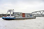 Nederland, Nijmegen, 25-11-2015 Binnenvaartschip, beladen met containers, vaart over de Waal bij Nijmegen. Foto: Flip Franssen/Hollandse Hoogte