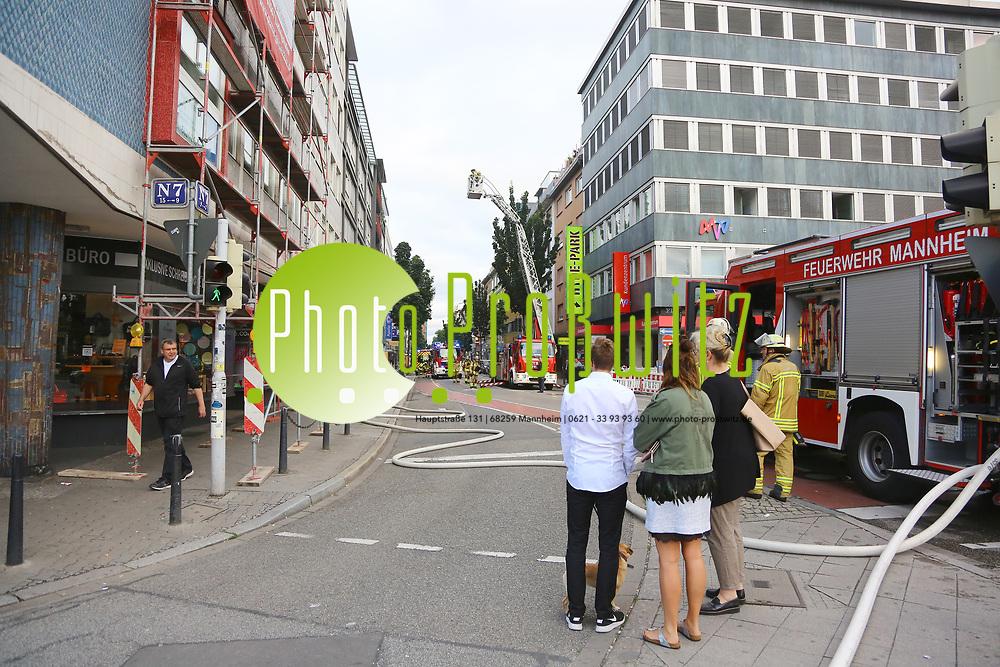 Mannheim. 30.06.17 | Brand in der Innenstadt<br /> Innenstadt. N7. Brand in einer Bar.<br /> Zu einem gr&ouml;&szlig;eren R&uuml;ckstau von Lieferfahrzeugen in der Kunststra&szlig;e f&uuml;hrt derzeit ein Brand in der Mannheimer Innenstadt. Wegen der L&ouml;scharbeiten ist die Kunststra&szlig;e derzeit noch gesperrt. Die Feuerwehr war am Morgen zu einer Verpuffung in einem Gastronomiebetrieb gerufen worden. Tats&auml;chlich brannte es in der K&uuml;che. Das Feuer f&uuml;hrte zu einer starken Rauchentwicklung. Zeitweise waren zwei L&ouml;schz&uuml;ge der Berufsfeuerwehr und die Freiwillige Feuerweh Innenstadt im Einsatz. Derzeit werden die Schl&auml;uche eingerollt, die Einsatzstelle wohl in kurzer Zeit freigegeben. Bei dem Brand zogen sich drei Personen Rauchgasvergiftungen zu. Sie kamen zur Behandlung ins Krankenhaus.<br /> <br /> <br /> BILD- ID 0403 |<br /> Bild: Markus Prosswitz 30JUN17 / masterpress (Bild ist honorarpflichtig - No Model Release!)