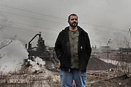 Cleveland, Ohio - Johnny, operaio, ritratto nei sobborghi della citt&agrave; di Cleveland in Ohio.<br /> Portrait of Johnny, worker, in the outskirts of the city of Cleveland in Ohio. In the background a steel factory.