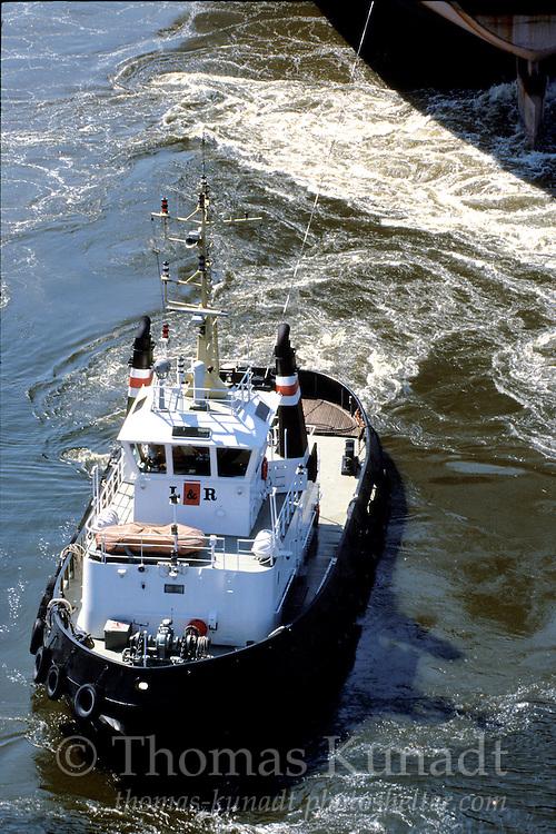 Schlepper EXACT im Einsatz am Panamax-Bulker LAUREN E am 29.05.2003 von der Rethe-Hubbrücke aus gesehen
