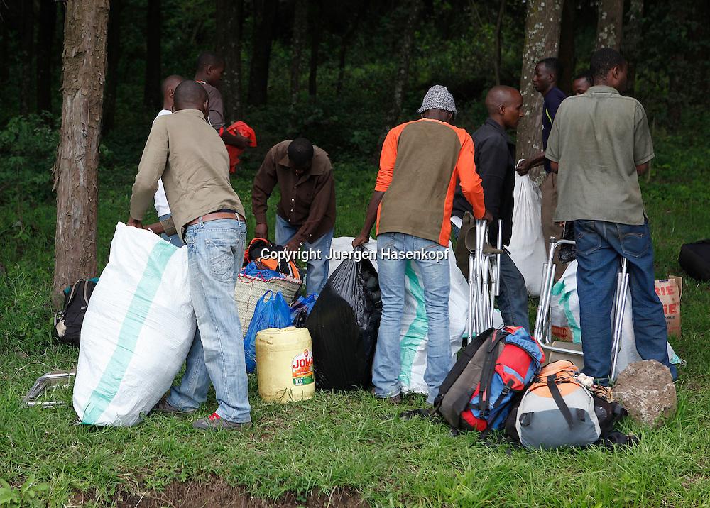 Martina Navratilova and her team are climbing Mount Kilimanjaro to raise money for the Laureus Sport for Good Foundation.<br /> Traeger mit ihrem zugeteilten Gepaeck fuer den Kilimanjaro Climb,.Tansania,Afrika