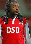 24-11-2007: Voetbal:AZ-WILLEM II: ALKMAAR<br /> Kiki Musampa mocht vanavond nog even meedoen voor de sier. Elke beweging of balcontact leverde hem een ovatie op vanaf de tribunes<br /> Foto: Geert van Erven