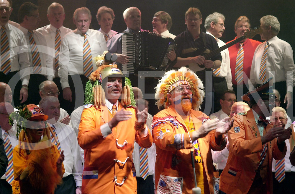 MARKELO<br /> Louis Ten Elzen zingt samen met indiaan, generaal en het mannenkoor het Oranjelied, Foto tijdens de repetitie in Bill's Bar,<br /> <br /> Editie: REGIO<br /> <br /> fotografie frank uijlenbroek&copy;2006 michiel van de velde<br /> TT2006
