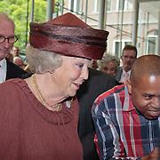 NLD/Utrecht/20110622 - Koninging Beatrix slaat 1e digitale munt bij jubileum Rijksmunt,
