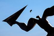 """Ei due bruker Kåre Grovens skulptur """"Utkast"""" som landingsplass. Flytrafikk er sterkt økende verden over. Kommersiell flytrafikk sto for syv prosent av CO₂-utslippene i 2006 og er ventet å nå femten prosent innen 2050. I 2014 truet miljøorganisasjonene CBD og Friends of the Earth med å saksøke det amerikanske miljøverndepartementet, EPA,  dersom de ikke kom med utslippskrav til flybransjen . Det har satt fart på EPA, og i juni kom de med forslag til nye reguleringer . EU forsøkte å innføre utslippskrav og såkalt «cap and trade» for flybransjen i 2008, men feilet. EPA sitt forslag til utslippskrav kommer ventelig til å bli adoptert også av EU. Veien dit er lang og bratt. Nye regler kommer neppe til å gjelde før 2018, og i mellomtiden har USA fått en ny president. I mellomtiden jobber flyprodusentene selv med å minske skadevirkningene fra bransjen. Boeing har som mål å bruke minst en prosent biobrennstoff innen 2016 . Tallet er lite, men et skritt i riktig retning. Airbus jobber i samme retning  og samarbeider med blant annet Virgin for å finne måter å produsere biobrennstoff lokalt rundt omkring på kloden."""