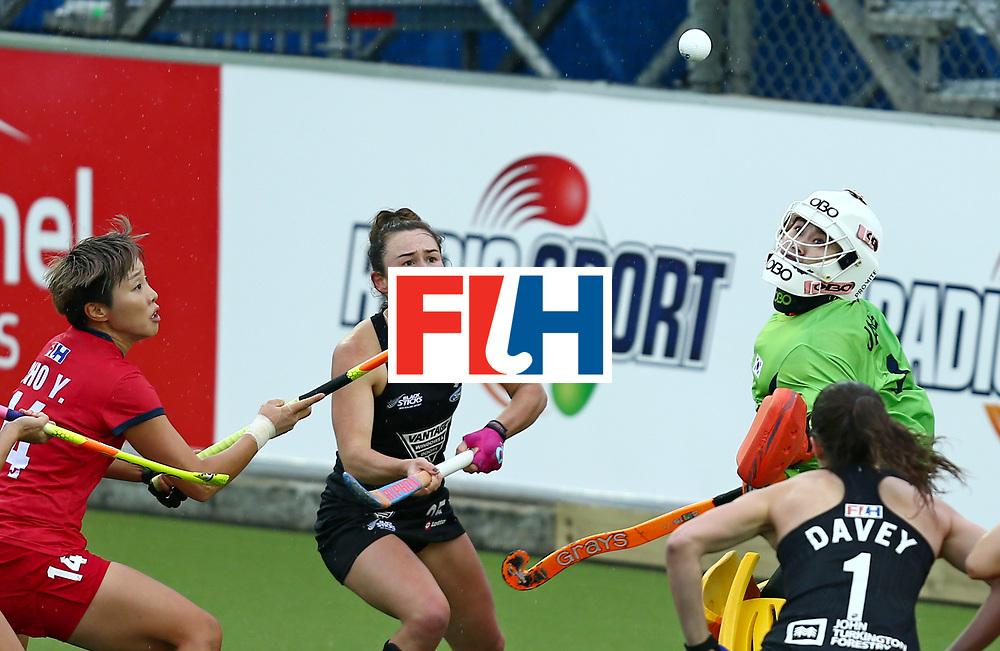 New Zealand, Auckland - 18/11/17  <br /> Sentinel Homes Women&rsquo;s Hockey World League Final<br /> Harbour Hockey Stadium<br /> Copyrigth: Worldsportpics, Rodrigo Jaramillo<br /> Match ID: 10295 - NZL vs KOR<br /> Photo: (25) SMITH Kelsey attack (1) JANG Soo Ji&nbsp;(GK) and (14) CHO Yun Kyoung