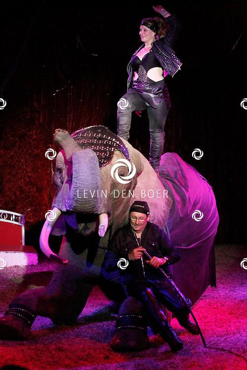 KERKDRIEL - Aan de Zandmeren te Kerkdriel was het Circus weer opgebouwd voor jong en oud. Met verschillende optredens zoals de clown en met dieren. FOTO LEVIN DEN BOER - PERSFOTO.NU