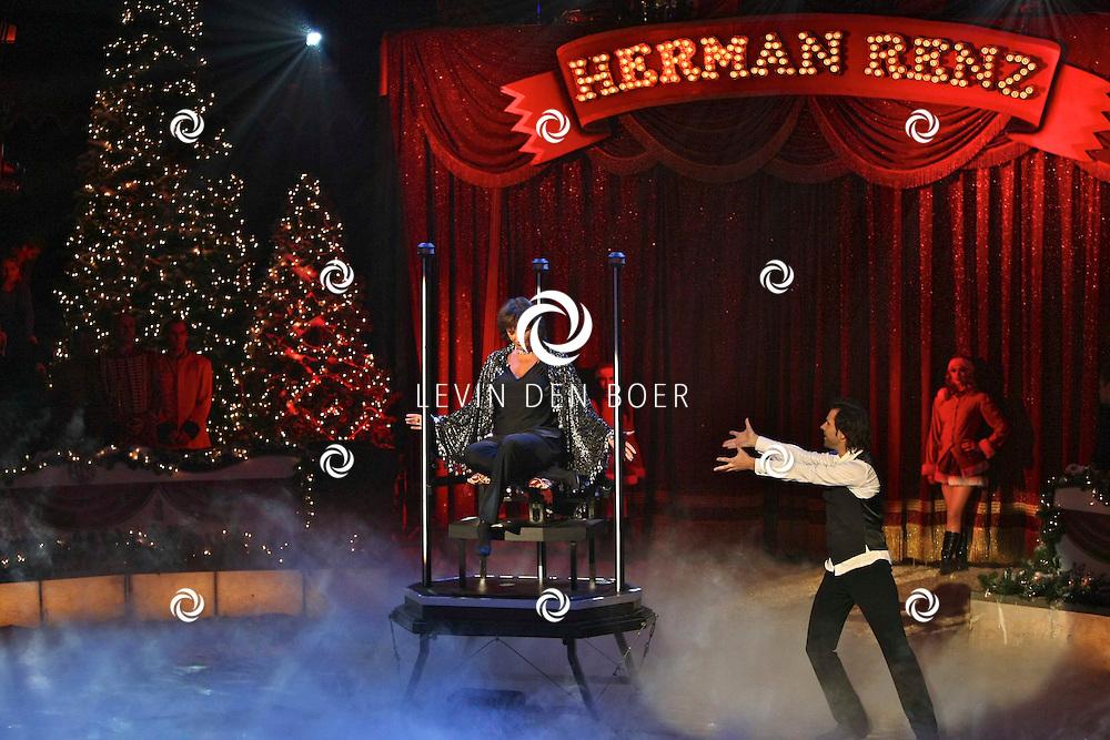 HELMOND - In de tent van Circus Herman Renz werden de opnames van de RTL4 KidsRights KerstSterrenCircus opgenomen. Met op de foto Astrid Joosten. FOTO LEVIN DEN BOER / PERSFOTO.NU