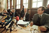 10 JAN 2001, BERLIN/GERMANY:<br /> Rudolf Scharping (2.v.R.), SPD, Bundesverteidigungsminister, Harald Kujat (L), Generalinspekteur der Bundeswehr, Klaus-Guenther Biederbrick (2.v.L.), Staatssekretaer im BMVg, und Walter Stuetzle (R), Staatssekretaer im BMVg, waehrend einer Pressekonferenz zur Verwendung von uranhaltiger Munition, Bundesverteidigungsministerium<br /> IMAGE: 20010110-02/01-04<br /> KEYWORDS: Klaus-G&uuml;nther Biederbrick, Walter St&uuml;tzle, Staatssekret&auml;r, General