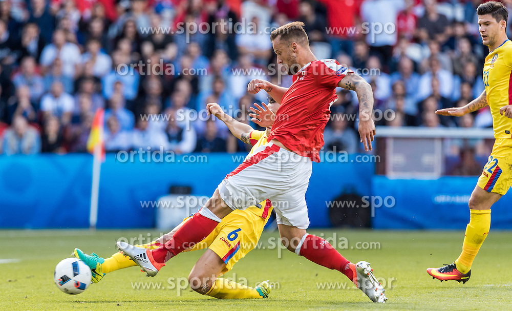 15.06.2016, Parc de Princes, Paris, FRA, UEFA Euro, Frankreich, Rumaenien vs Schweiz, Gruppe A, im Bild Vlad Chiriches (ROU), Haris Seferovic (SUI) // Vlad Chiriches (ROU), Haris Seferovic (SUI) during Group A match between Romania and Switzerland of the UEFA EURO 2016 France at the Parc de Princes in Paris, France on 2016/06/15. EXPA Pictures © 2016, PhotoCredit: EXPA/ JFK