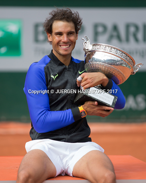 Sieger RAFAEL NADAL (ESP) mit Pokal, Siegerehrung, Praesentation<br /> <br /> Tennis - French Open 2017 - Grand Slam / ATP / WTA / ITF -  Roland Garros - Paris -  - France  - 11 June 2017.