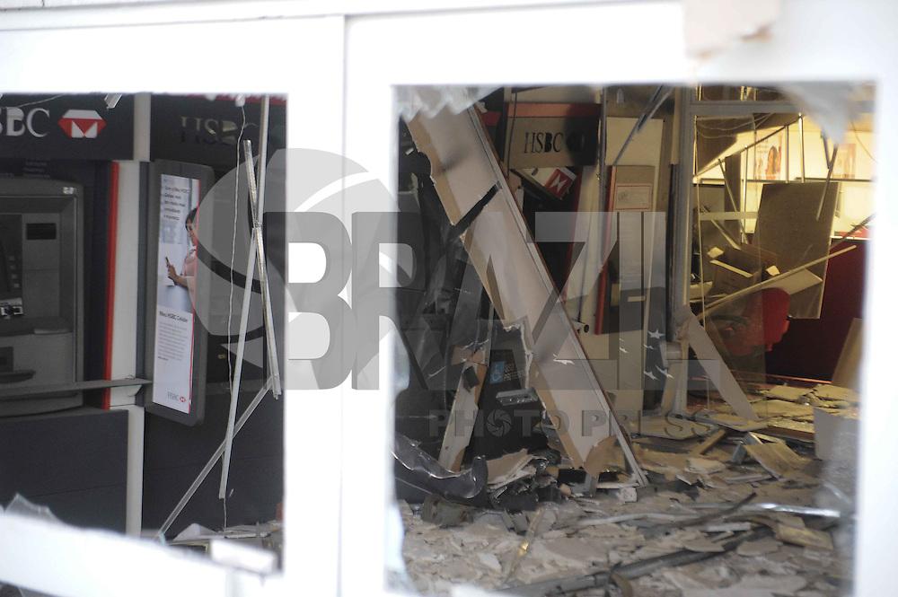 SAO BERNARDO DO CAMPO, SP, 01.08.2013 - EXPLOSÃO/BANCO- Ladrões explodiram um banco na Av Taboão n 3845 em São Bernardo do Campo ABC ainda não foi informado a quantidade levada. (Foto: Adriano Lima / Brazil Photo Pres