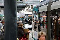 Mannheim. 01.03.17 | BILD- ID 042 |<br /> Innenstadt. Plankenumbau. Auswirkungen auf den Stra&szlig;enbahnverkehr. Am Hauptbahnhof informieren rnv Mitarbeiter &uuml;ber die Plan&auml;nderungen und Streckenverbindungen.<br /> Bild: Markus Prosswitz 01MAR17 / masterpress (Bild ist honorarpflichtig - No Model Release!)