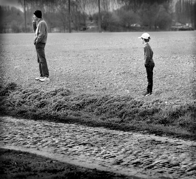 Twee lokale toeschouwers in afwachting van Fabian Cancellara.