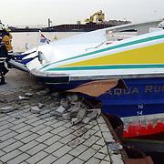 Stuurloze Aqualiner veerpont tegen kade haven Huizen aangevaren na defect, gewonde word verbonden door brandweer, overleg, tekeningen