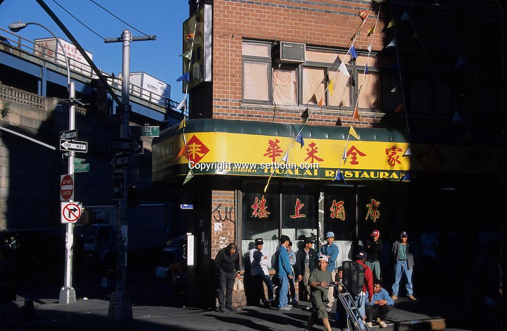 New York. Chinatown. Chinese area  under Manhattan bridge   Usa /   Chinatown, le quartier chinois sous le pont de Manhattan  New york  USa
