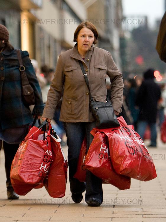 Shoppers in Edinburgh's Princess Street take advantage of the Boxing Day Sales..26/12/2008.Picture Michael Hughes/Maverick