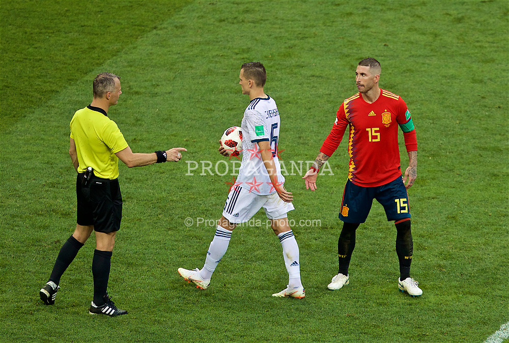 MOSCOW, RUSSIA - Sunday, July 1, 2018: Spain's Sergio Ramos employs his usual dirty tricks as he tries to intimidate Russia's penalty taker Denis Cheryshev as he prepares to take his side's fourth penalty in the shoot-out during the FIFA World Cup Russia 2018 Round of 16 match between Spain and Russia at the Luzhniki Stadium. Russia won 4-3 on penalties after a 1-1 draw. (Pic by David Rawcliffe/Propaganda)
