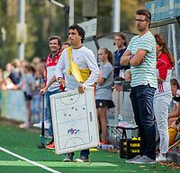 BLOEMENDAAL - coach Lennard Poillot (Vict)  met assistent coach Hoofdklasse competitie wedstrijd dames, Bloemendaal-Victoria (3-1).  COPYRIGHT KOEN SUYK