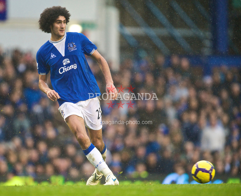 LIVERPOOL, ENGLAND - Sunday, November 29, 2009: Everton's Marouane Fellaini in action against Liverpool during the Premiership match at Goodison Park. The 212th Merseyside Derby. (Photo by David Rawcliffe/Propaganda)