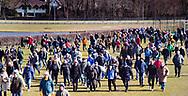 BLOEMENDAAL - hoofdklasse competitie heren  Bloemendaal-Kampong (1-1) . Toeschouwers en spelers onderweg naar een ander veld. Door de koude werd het hoofdveld niet bespeelbaar en werd uitgeweken naar een bijveld.   COPYRIGHT KOEN SUYK