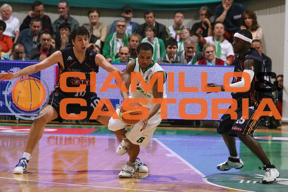 DESCRIZIONE : Siena Lega A1 2006-07 Playoff Semifinale Gara 3 Montepaschi Siena Lottomatica Virtus Roma <br /> GIOCATORE : Mc Intyre <br /> SQUADRA : Montepaschi Siena <br /> EVENTO : Campionato Lega A1 2006-2007 Playoff Semifinale Gara 3 <br /> GARA : Montepaschi Siena Lottomatica Virtus Roma <br /> DATA : 05/06/2007 <br /> CATEGORIA : Palleggio <br /> SPORT : Pallacanestro <br /> AUTORE : Agenzia Ciamillo-Castoria/G.Ciamillo <br /> Galleria : Lega Basket A1 2006-2007 <br />Fotonotizia : Siena Campionato Italiano Lega A1 2006-2007 Playoff Semifinale Gara 3 Montepaschi Siena Lottomatica Virtus Roma <br />Predefinita :