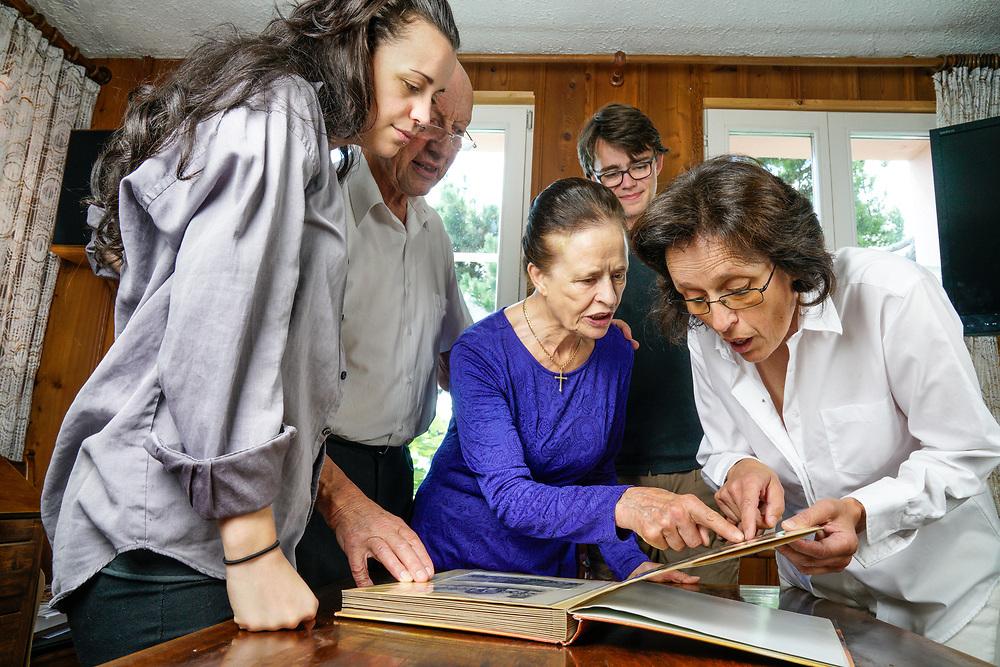Marceline Udry-Dumoulin avec sa famille qui regarde les photos de leur parents :  Marcel Dumoulin et son &eacute;pouse Fran&ccedil;ine Dumoulin, disparus en 1942 ont &eacute;t&eacute; retrouv&eacute;s dans le massif des Diablerets.<br /> <br /> Savi&egrave;se (VS) juillet 2017<br /> &copy;Nicolas Righetti/Lundi13