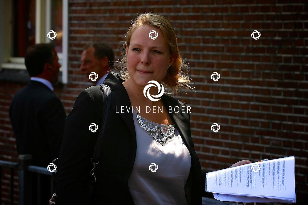 TILBURG - Koning Willem-Alexander brengt een bezoek aan de Buurtmoestuin bij Moedercentrum De Ketting. Met op de foto Rosanne Wink (Oranje Fonds). FOTO LEVIN DEN BOER - PERSFOTO.NU