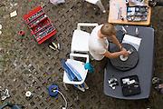 In Senftenberg maakt het Human Power Team Delft en Amsterdam de VeloX3 voor een race in de avond. Het team is nu in Duitsland voor het recordweekend op de Dekrabaan in Schipkau. In september wil het team, dat bestaat uit studenten van de TU Delft en de VU Amsterdam, een poging doen het wereldrecord snelfietsen te verbreken, dat nu op 133 km/h staat tijdens de World Human Powered Speed Challenge.<br /> <br /> In Senftenberg the Human Power Team Delft and Amsterdam is preparing the VeloX3 for the evening runs. The team is in Germany for the record weekend at the Dekra track in Schipkau. With the special recumbent bike the team, consisting of students of the TU Delft and the VU Amsterdam, also wants to set a new world record cycling in September at the World Human Powered Speed Challenge. The current speed record is 133 km/h.