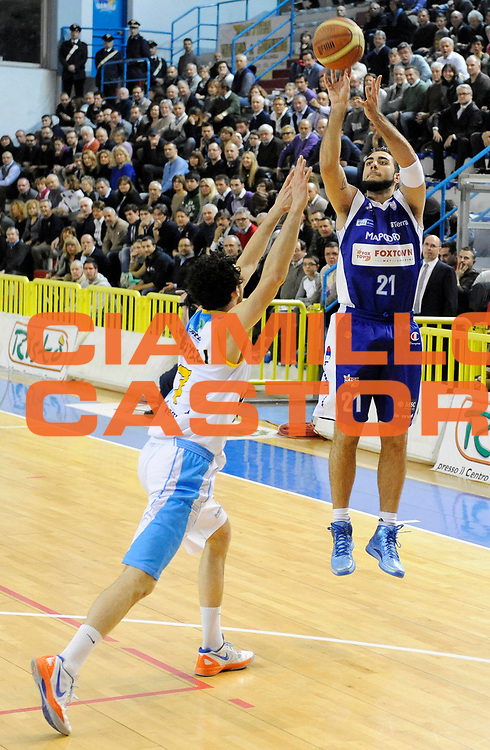 DESCRIZIONE : Cremona Lega A 2012-13 Vanoli Cremona Pallacanestro Cantu' <br /> GIOCATORE : Pietro Aradori<br /> SQUADRA : Pallacanestro Cantu' <br /> EVENTO : Campionato Lega A 2012-2013<br /> GARA :  Vanoli Cremona Pallacanestro Cantu' <br /> DATA : 10/03/2013<br /> CATEGORIA : Tiro Three Points<br /> SPORT : Pallacanestro<br /> AUTORE : Agenzia Ciamillo-Castoria/A.Giberti<br /> Galleria : Lega Basket A 2012-2013<br /> Fotonotizia : Cremona Lega A 2012-13 Vanoli Cremona Pallacanestro Cantu' <br /> Predefinita :