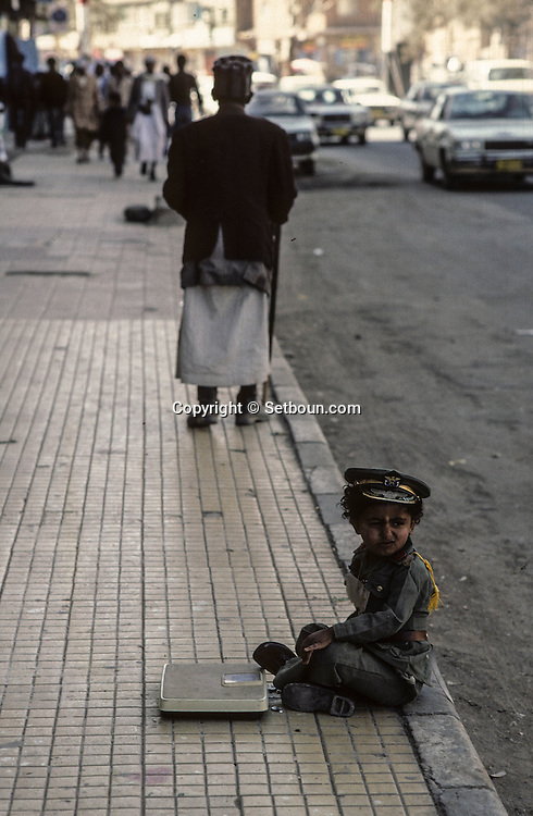 Yemen. Sanaa. little boy dressed as the president Saleh in the streets       /   scènes de rue a Sanaa  petit garcon habille comme le president Saleh