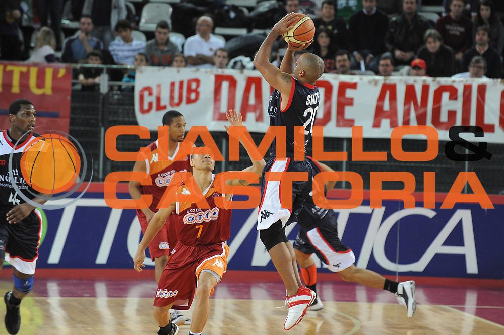 DESCRIZIONE : Roma Lega A 2009-10 Basket Lottomatica Virtus Roma Angelico Biella<br /> GIOCATORE : Joe Troy Smith<br /> SQUADRA : Angelico Biella<br /> EVENTO : Campionato Lega A 2009-2010<br /> GARA : Lottomatica Virtus Roma Angelico Biella<br /> DATA : 08/11/2009<br /> CATEGORIA : Equilibrio<br /> SPORT : Pallacanestro<br /> AUTORE : Agenzia Ciamillo-Castoria/G.Ciamillo<br /> Galleria : Lega Basket A 2009-2010 <br /> Fotonotizia : Roma Campionato Italiano Lega A 2009-2010 Lottomatica Virtus Roma Angelico Biella<br /> Predefinita :