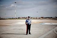 CIAMPINO. UN CARABINIERE SUL PIAZZALE DELL'AEROPORTO DI CIAMPINO