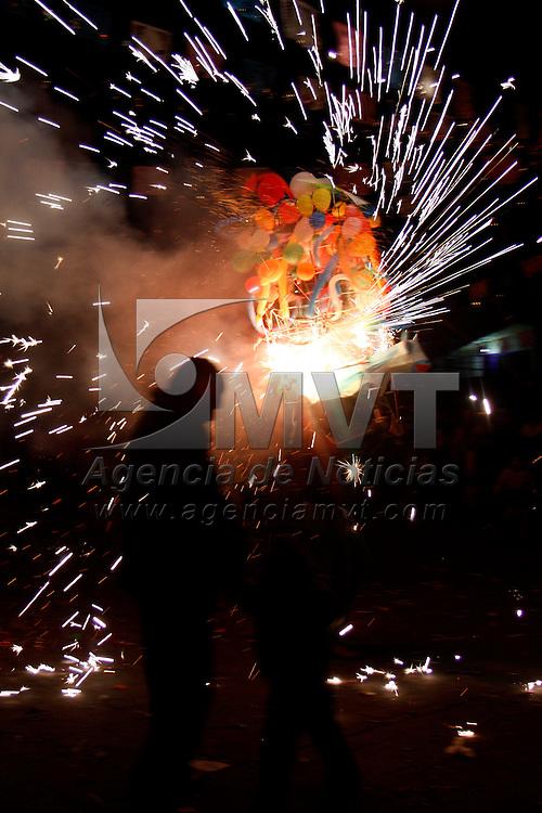 METEPEC, Mex.- Pobladores de San Jer&oacute;nimo Chicahualco culminaron los festejos a la Virgen de Guadalupe con la quema de 26 toritos y dos castillos que fueron donados por diversas familias del lugar, ni&ntilde;os, j&oacute;venes y adultos disfrutaron de este espect&aacute;culo nocturno. Agencia MVT / Crisanta Espinosa. (DIGITAL)<br /> <br /> NO ARCHIVAR - NO ARCHIVE
