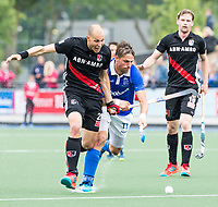 UTRECHT - Bjorn Kellerman (Kampong) met Justin Reid-Ross (A'dam)  tijdens de finale van de play-offs om de landtitel tussen de heren van Kampong en Amsterdam (1-2) .   Er volgt zondag een derde wedstrijd.   . COPYRIGHT KOEN SUYK