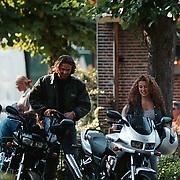Katja Schuurman en vriend Ferrence Boltini bij hun motoren