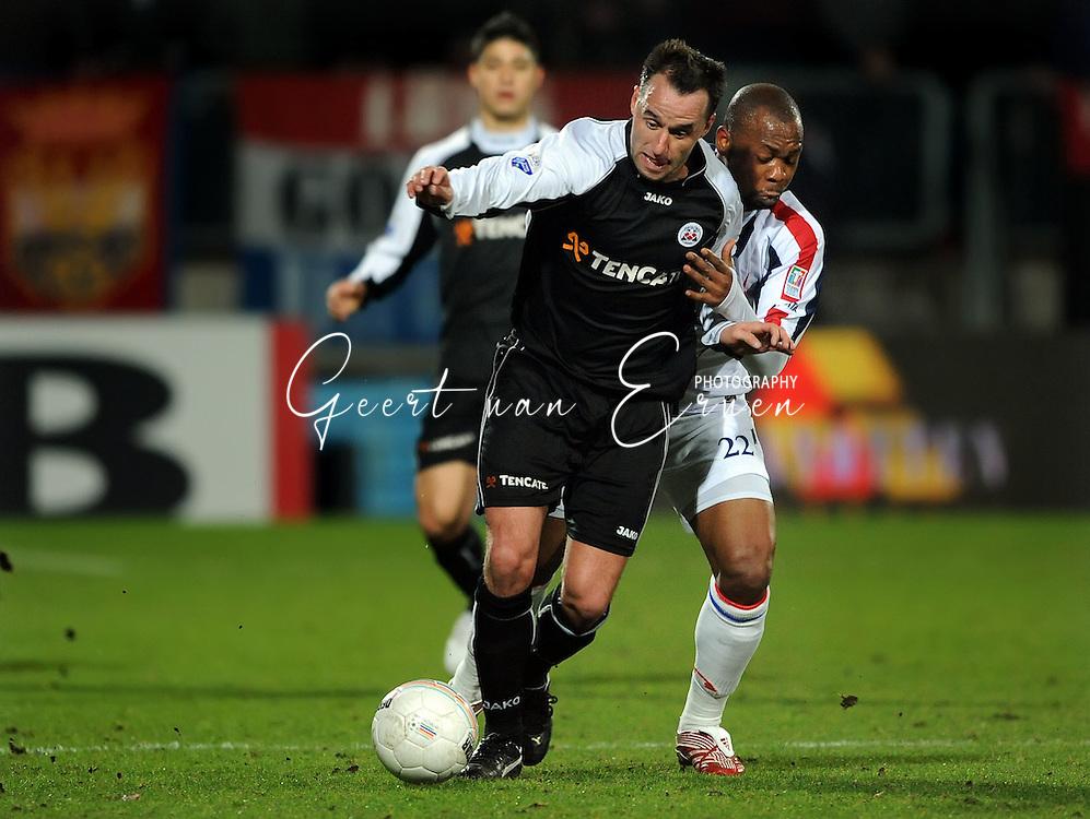 28-02-2009 Voetbal:Willem II:Heracles Almelo:Tilburg<br /> Ricky van den Bergh in duel met Ibrahim Kargbo<br /> Foto: Geert van Erven
