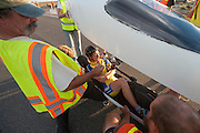 Ellen van Vugt wordt uit de VeloX S2 geholpen op de tweede westrijddag van de WHPSC. In Battle Mountain (Nevada) wordt ieder jaar de World Human Powered Speed Challenge gehouden. Tijdens deze wedstrijd wordt geprobeerd zo hard mogelijk te fietsen op pure menskracht. Ze halen snelheden tot 133 km/h. De deelnemers bestaan zowel uit teams van universiteiten als uit hobbyisten. Met de gestroomlijnde fietsen willen ze laten zien wat mogelijk is met menskracht. De speciale ligfietsen kunnen gezien worden als de Formule 1 van het fietsen. De kennis die wordt opgedaan wordt ook gebruikt om duurzaam vervoer verder te ontwikkelen.<br /> <br /> Ellen van Vugt gets out of the VeloX S2 at the second day of the WHPSC. In Battle Mountain (Nevada) each year the World Human Powered Speed Challenge is held. During this race they try to ride on pure manpower as hard as possible. Speeds up to 133 km/h are reached. The participants consist of both teams from universities and from hobbyists. With the sleek bikes they want to show what is possible with human power. The special recumbent bicycles can be seen as the Formula 1 of the bicycle. The knowledge gained is also used to develop sustainable transport.