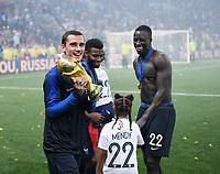 FUSSBALL  WM 2018  FINALE  ------- Frankreich - Kroatien    15.07.2018 JUBEL Weltmeister Frankreich; Antoine Griezmann (li) jubelt mit dem Pokal sowie Benjamin Mendy (re) und Thomas Lemar (Mitte)